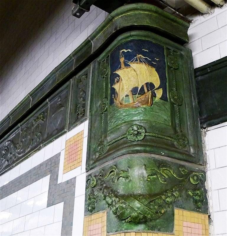 Панно производства Grueby Pottery в метро Нью-Йорка