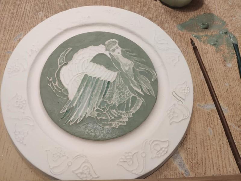 Тарелка из немецкой каменной массы в процессе декорирования