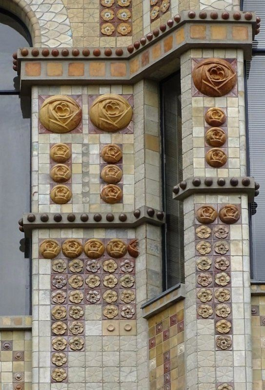 Керамичсекий декор на здании мастерских архитектора Андре Арфидсона на Rue Campagne Première, 31