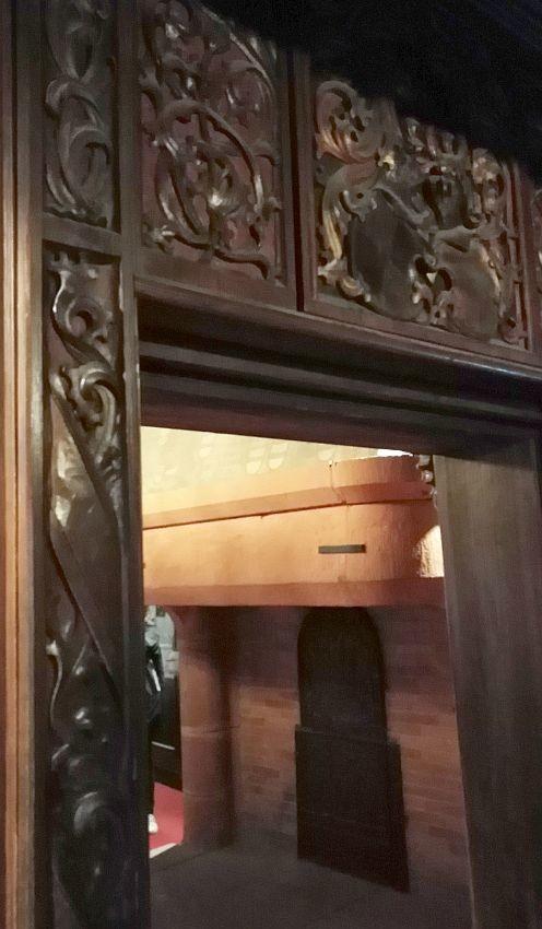Богатая резьба и камин в романском стиле