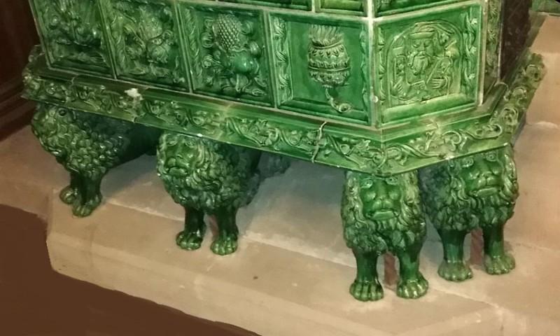 Ножки в виде львов готической печи в оружейном зале
