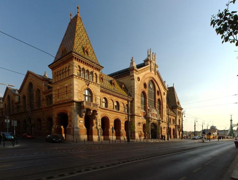 Центральный рынок Будапешта, облицованный пирогранитом Жолнаи