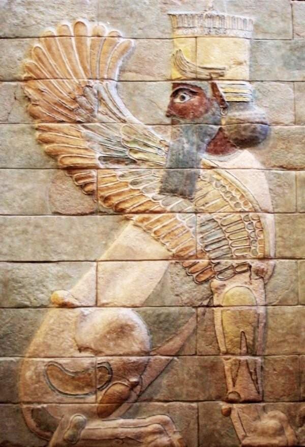 Крылатый сфинкс из дворца царя Дария в Сузах. Керамика.