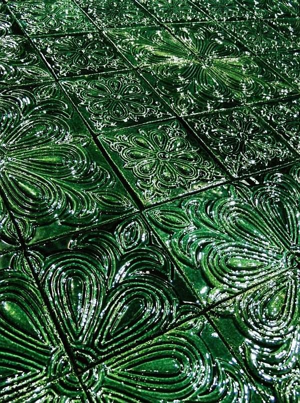 Майоликовые рельефы в изумрудной глазури