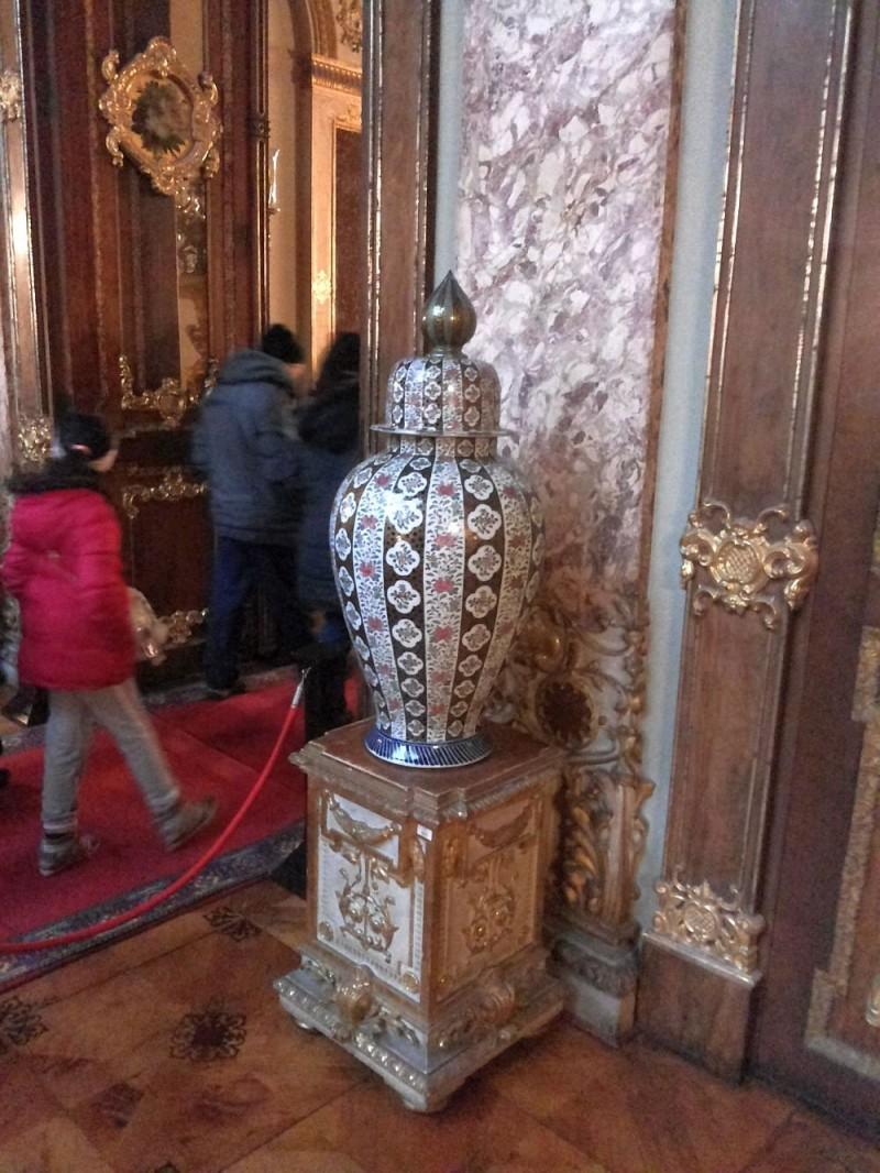 Одна из прекрасных фарфоровых ваз