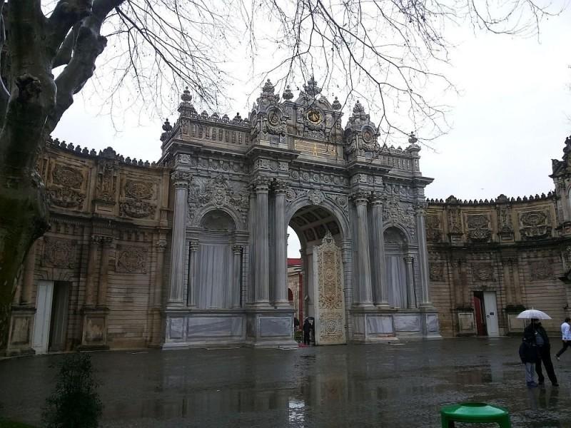Главные ворота дворца Долмабахче