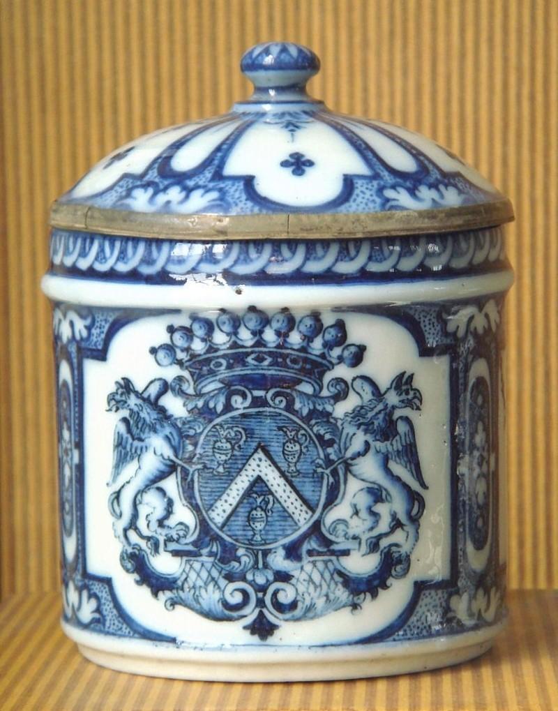 Руанский мягкий фарфор является первым образцом французского фарфора; конец XVII века
