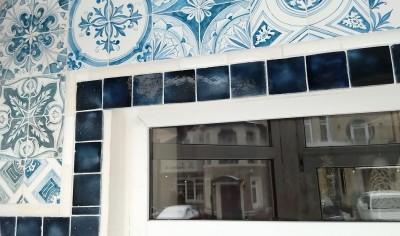 Пример сочетания синей фасадной майолики и изразцов в серии азулежу на фасаде дома
