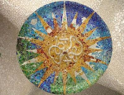 Мозаичная розетка в зале Сто Колонн парка Гуэля, вдохновившая заказчика на создание мозаичного панно