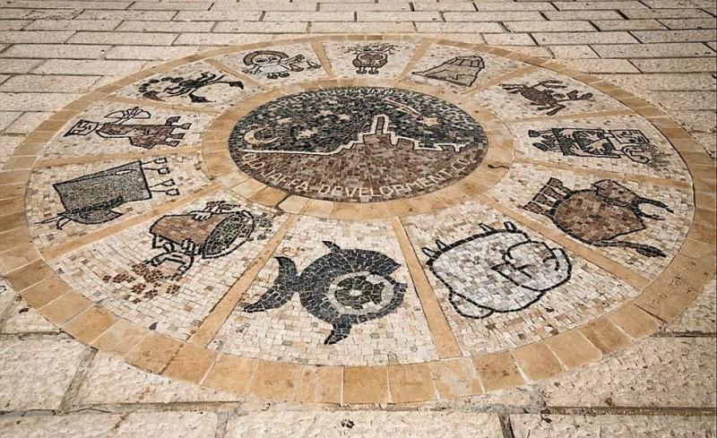 Мозаичный зодиакальный круг перед мостом Желаний