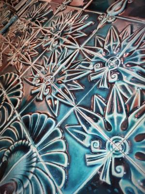Рельефные изразцы со стилизованными астрами, собирающиеся в единый орнамент
