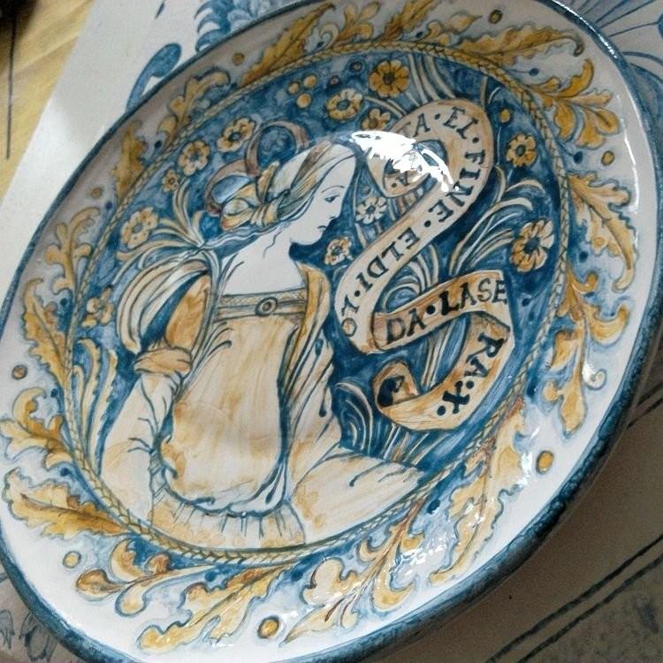 Наша майоликовая тарелка из фаянса, написанная в стиле «Прекрасная Донна»