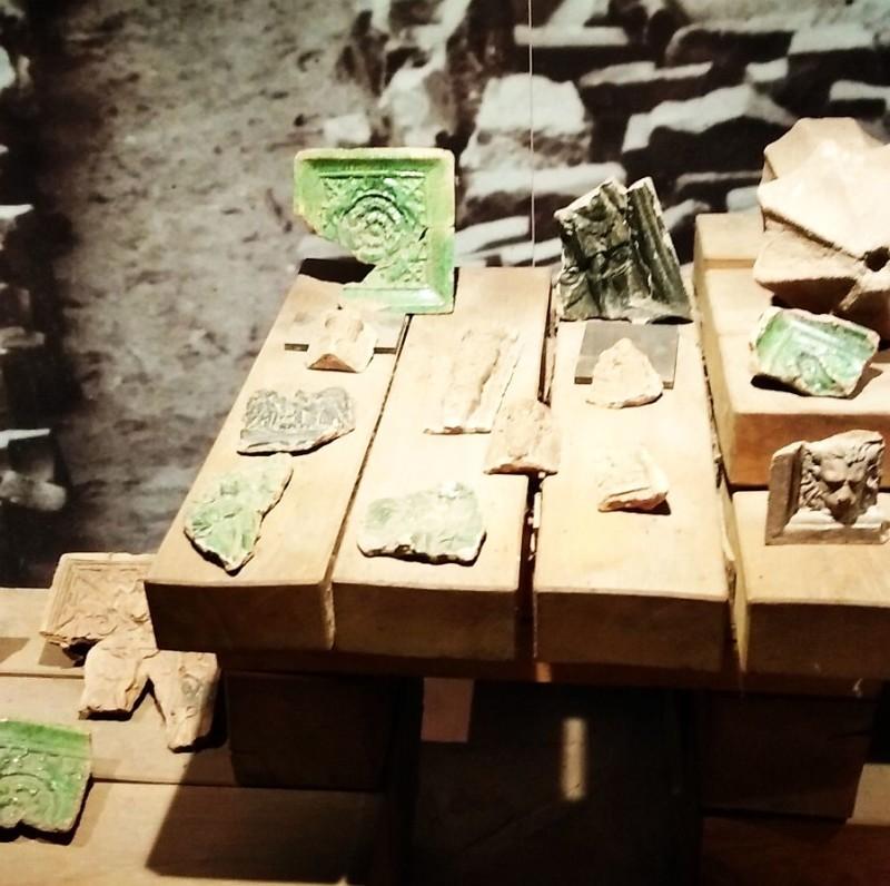 Фрагменты изразцов из раскопок замка