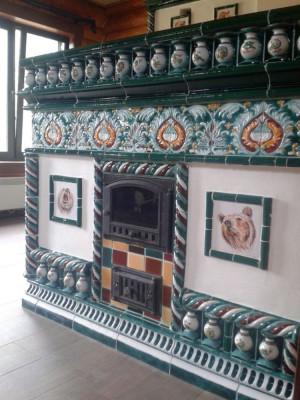 Камин и большая печь-лежанка облицованные изразцами в псевдорусском стиле