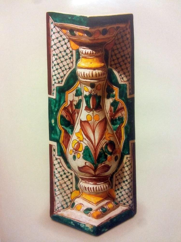 Угловой полихромный расписной изразец-балясина из Спасо-Авраамиева Смоленского монастыря. XVIII век