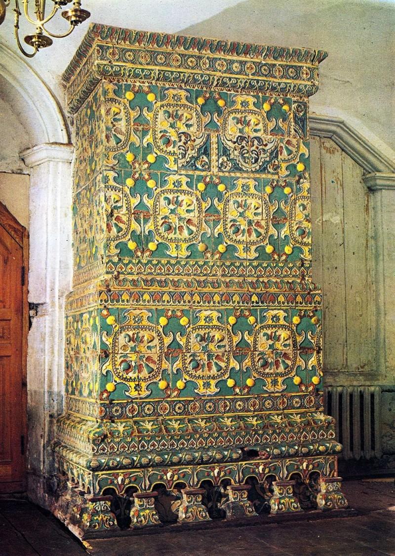 Печь, облицованная рельефными изразцами. Конец XVII века. Преображенская церковь Новодевичьего монастыря в Москве