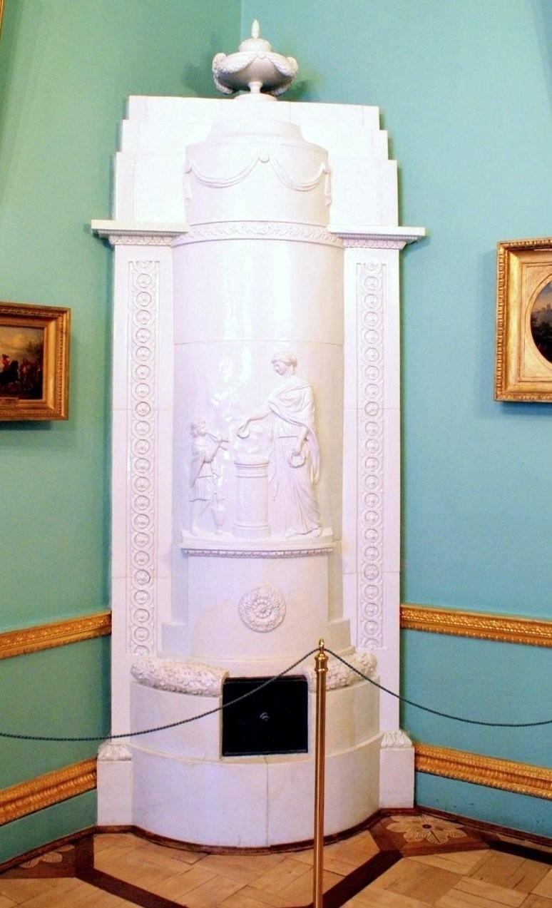 Белая фаянсовая печь в Камер-юнгферской