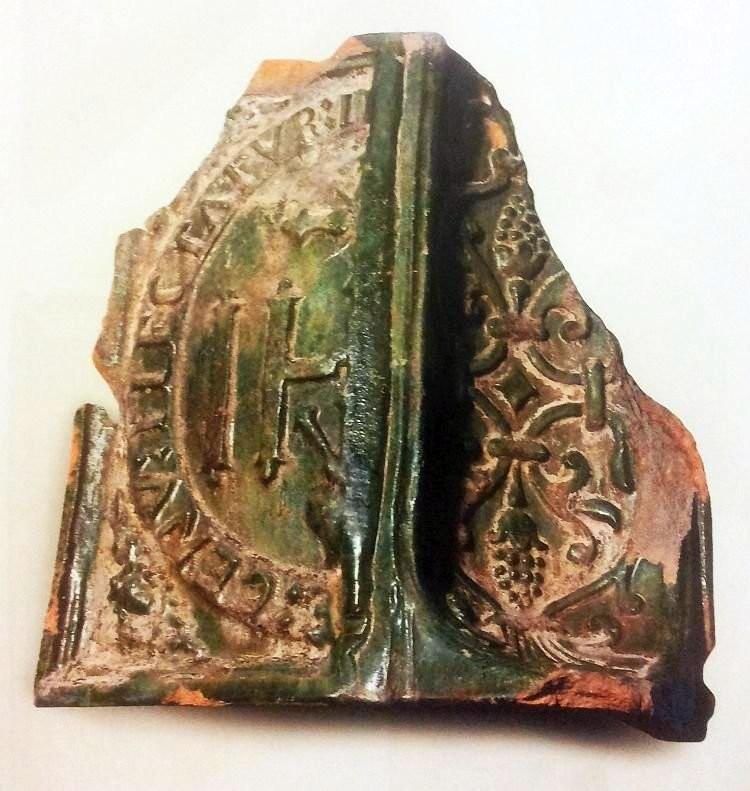 Угловой глазурованный изразец XVII века с религиозными и растительными мотивами