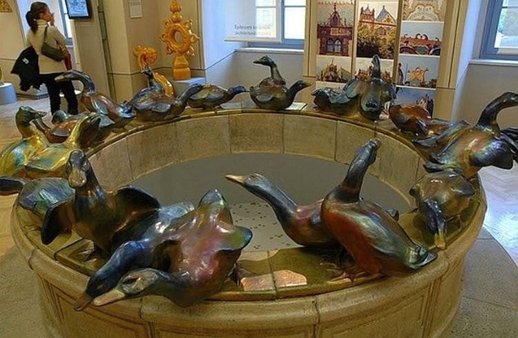 Фонтан с утками в музее Жолнаи