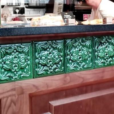 Орнаментальный фриз в кафе «Поль Бейкери» из наших изразцов серии «Пайн» в изумрудной майоликовой глазури.