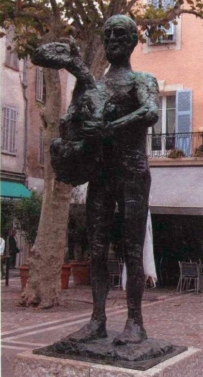 Человек с ягненком на улице в Валлорисе