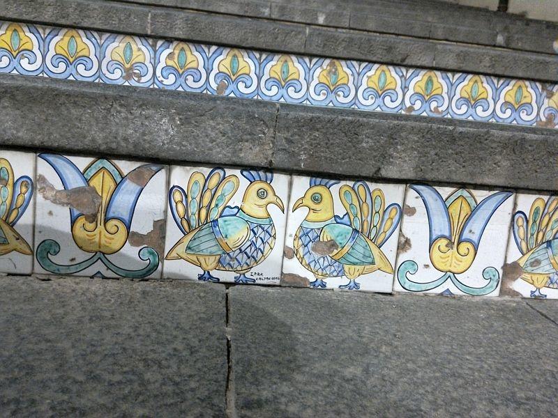 Терракотовые подступеньки в Кальтаджироне в Сицилии, с признаками разрушения керамики