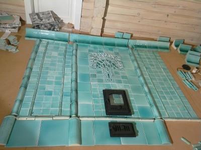 Раскладка керамической облицовки мятной печи перед монтажом на объекте