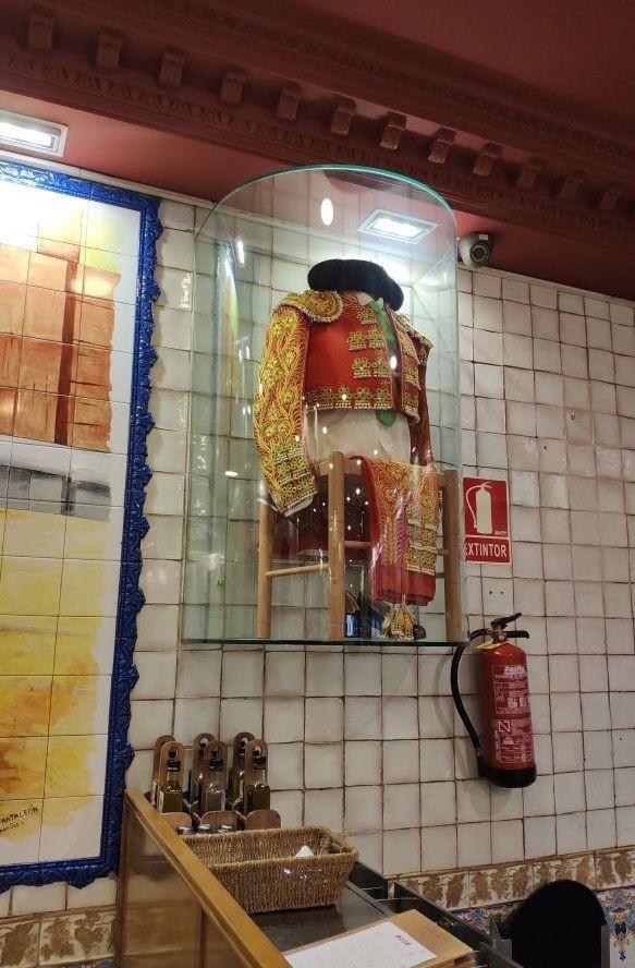 Костюм тореадора в кафе рядом с Пуэрто дель Соль