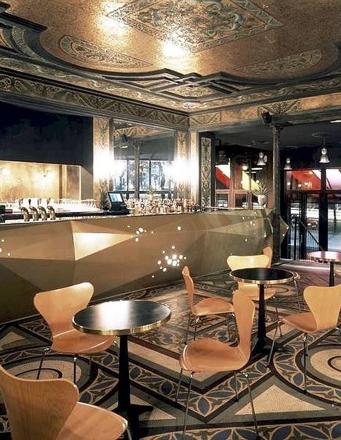 Зал в стиле арт-нуво в кафе De La Ville
