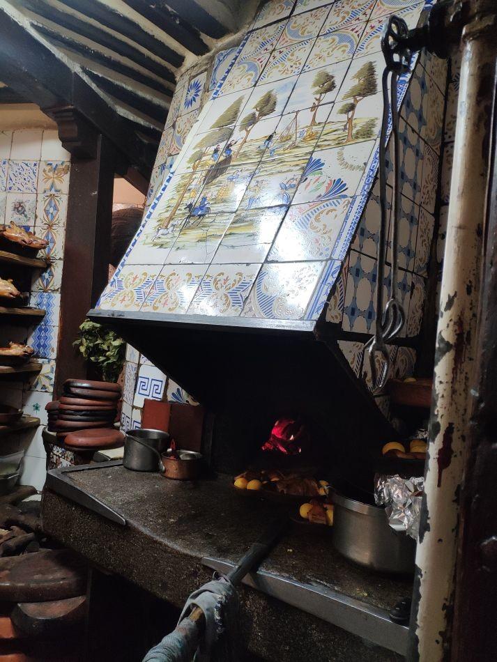 Дровяная печь, облицованная керамикой в ресторане Собрино-де-Ботин