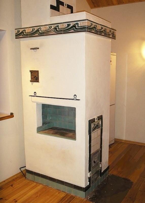 Вертикальная печь, декорированная изразцами