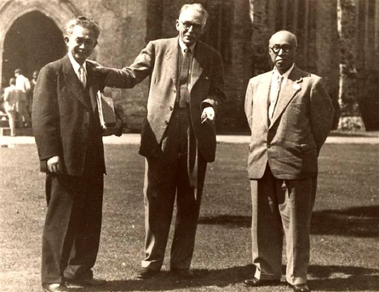 Бернард Лич со своими японскими коллегами (по центру)