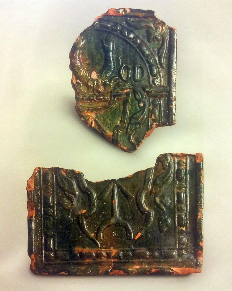 Фрагменты поливных изразцов с изображением герба рода Ogonczyk