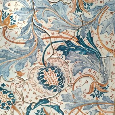 Изящное керамическое панно на пласте по паттернам Уильяма Морриса со стилизованными гранатами и фантазийными завитками