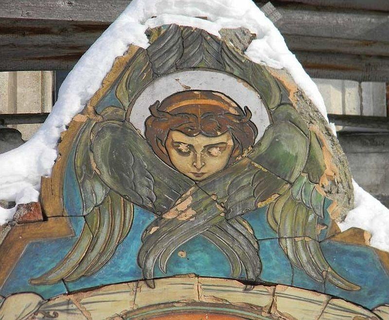 Разрушающийся терракотовый рельеф на храме Серафима Саровского в Федино