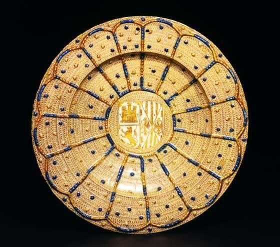 Люстрированное керамическое блюдо из Малаги с европейским гербом