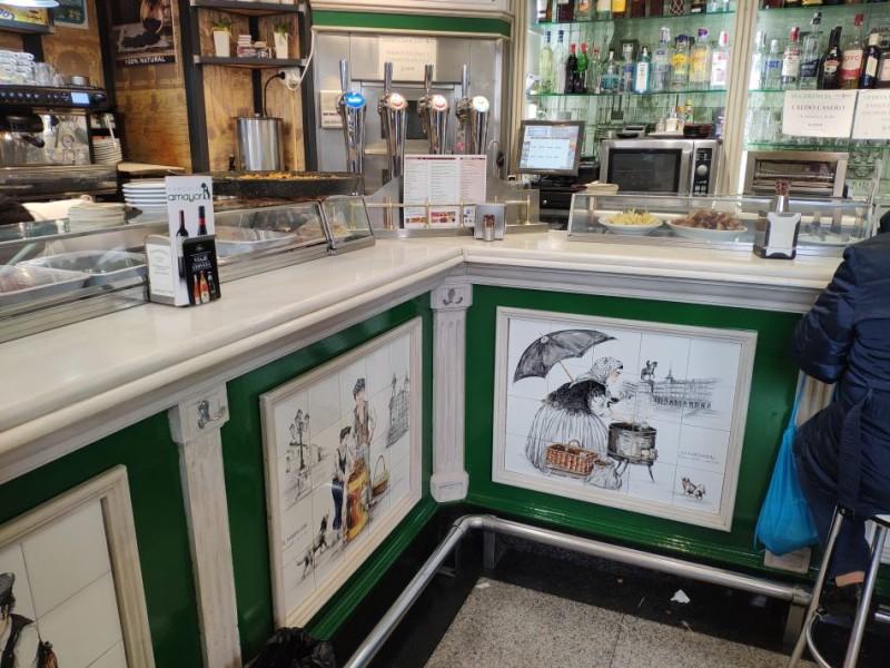 Керамические панно в кафетерии на площади Майор