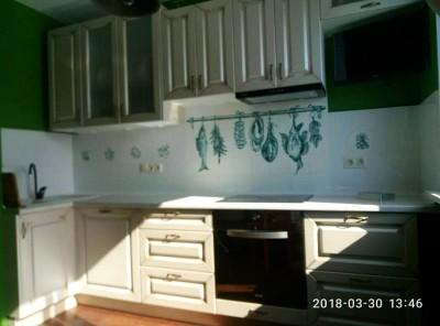 Панно из керамической плитки ручной работы с дичью на кухонном фартуке в интерьере кухни
