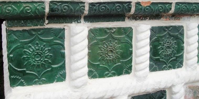 Изразцы, украшающие западное крыльцо собора Рождества Пресвятой Богородицы в Снетогорском монастыре Пскова.