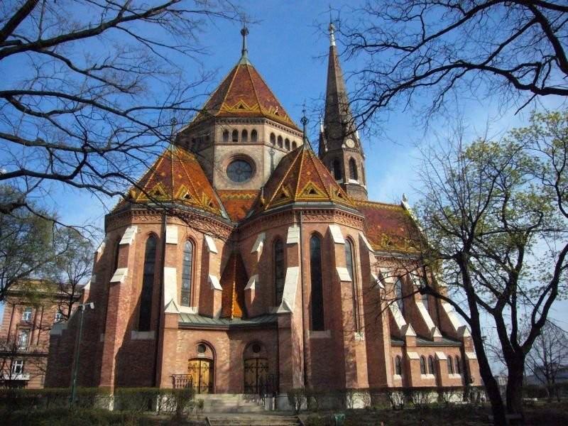 Кальвинистская церковь в Будапеште, облицованная пирогранитом Жолнаи