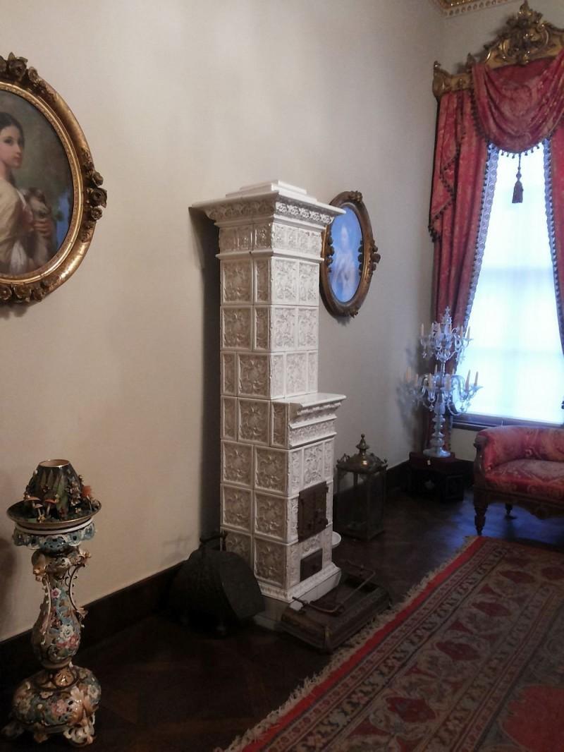 Изразцовая печь в стиле неренессанс в одной из спален дворца