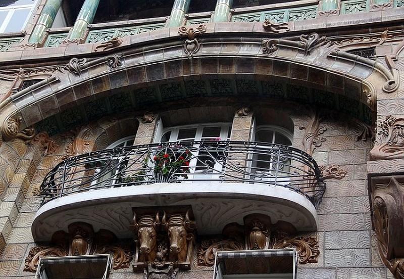 Центральный балкон с кронштейном в виде голов быков