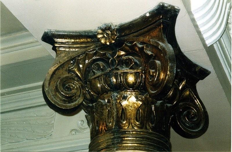Металлизированные керамические капители в вестибюле бывшего здания Волжско-Камского банка