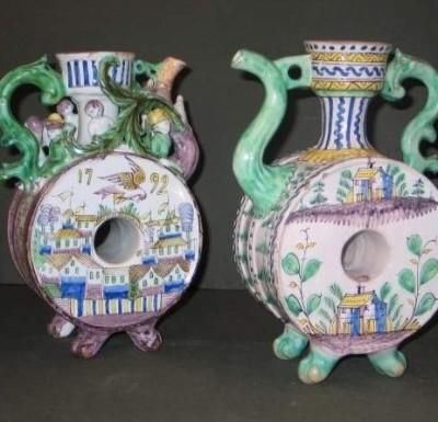 Старинные гжельские кумганы XVIII века с изображением домиков в сине-фиолетово-зеленой гамме.