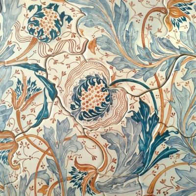 Изящное керамическое панно на пласте по мотивам паттерна Уильяма Морриса со стилизованными гранатами и фантазийными завитками