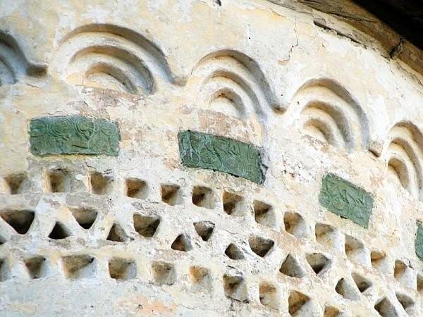 Радиусный муравленый изразец с главки храма Георгия со Взвоза. Псков, 1494 год.