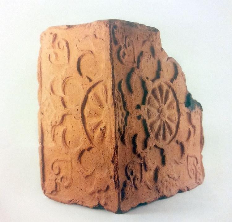 Угловой терракотовый рельефный изразец XVII века
