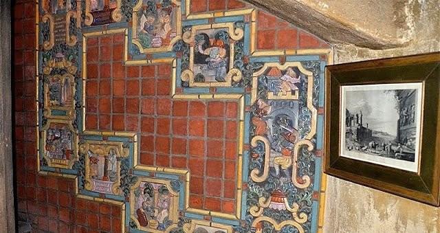 Стена в музее Мерсера, облицованная изразцовыми плитками Moravian Pottery