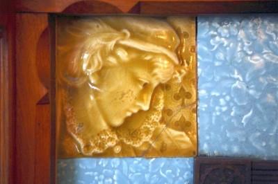 Рельефные изразцы в медовой глазури на поздневикторианском камине в Гамильтон-Хаус. Конец XIX века.