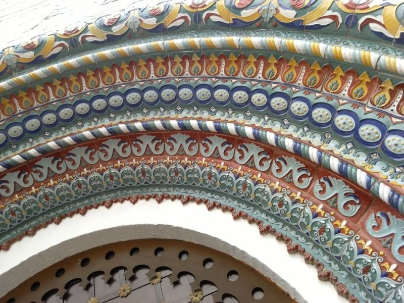 Рельефное арочное обрамление входа в Успенский храм